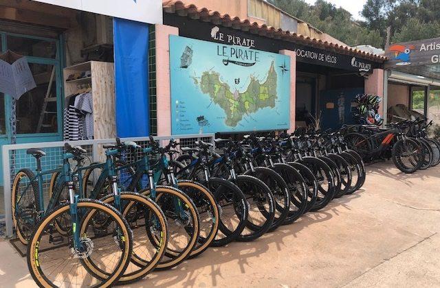 Accueil pirate location de vélos à Porquerolles