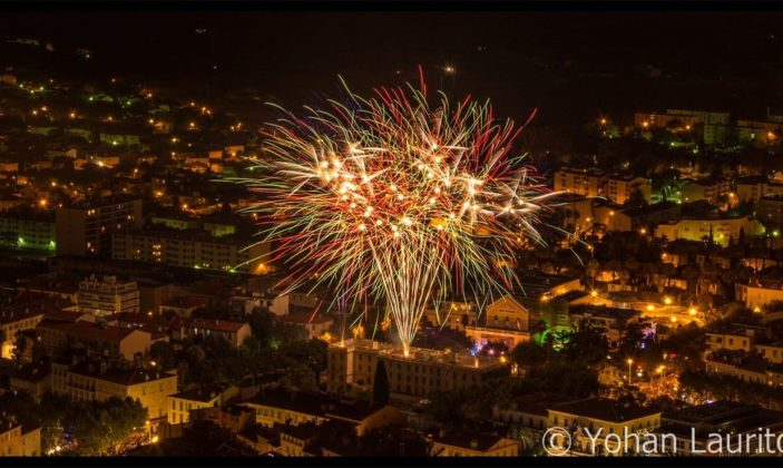 feu d'artifices dans le centre ville de Hyeres