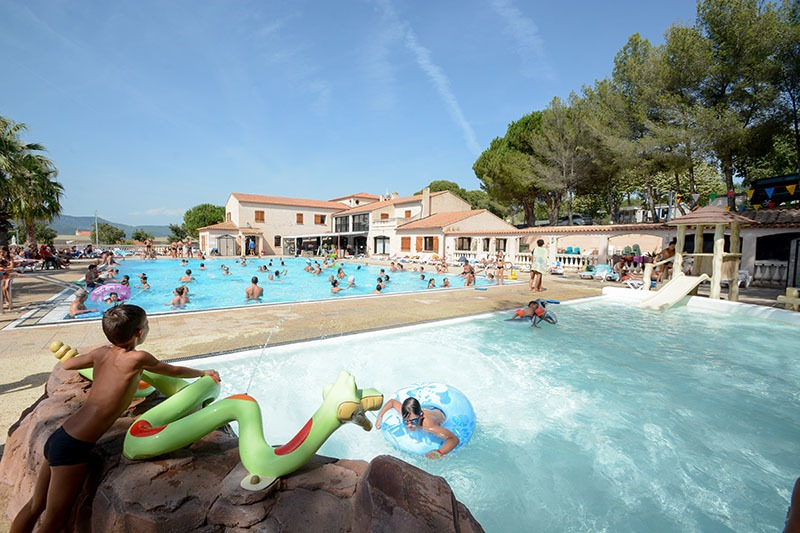 Cam au bord de la piscine en trio lesbien avec francaises - 1 part 9