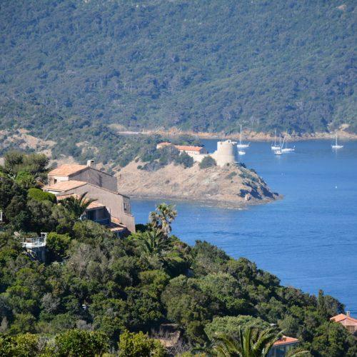 Le fort de Port Man et sa baie vu depuis l ile du levant
