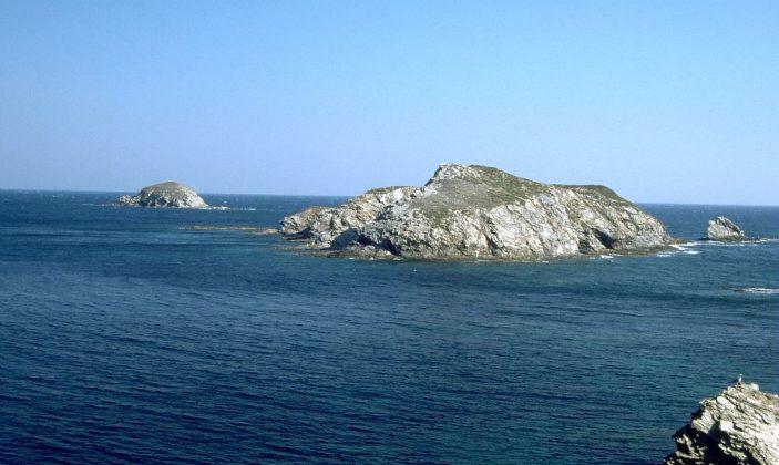 Le rocher du Sarranier. La plongée est au large, au sud.