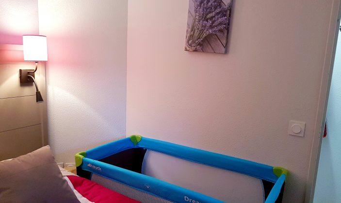 lit bébé dans la chambre ou le couloir