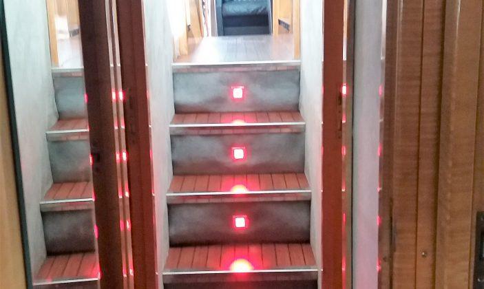 Hébergement insolite Jag Yachting Porquerolles Ile Mer Escalier menant aux 3 cabines