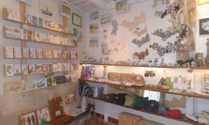 L'Atelier de Sabine Artisanat île de Porquerolles peintures aquarelles bijoux cartes postales livres vêtements souvenirs Parc National