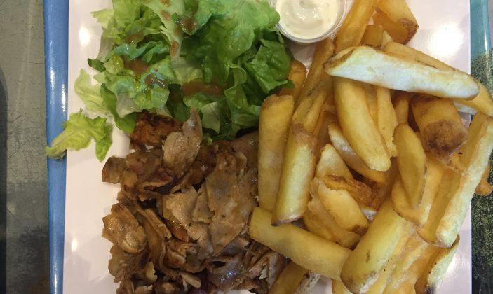 Kebab frites salade verte en assiette
