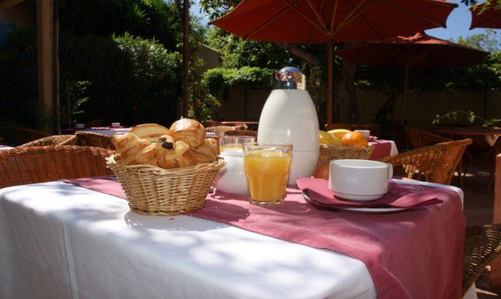 petit déjeuner dans le patio
