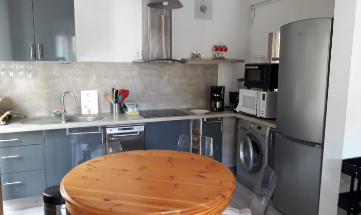 Cuisine et coin repas / kitchen and eating area