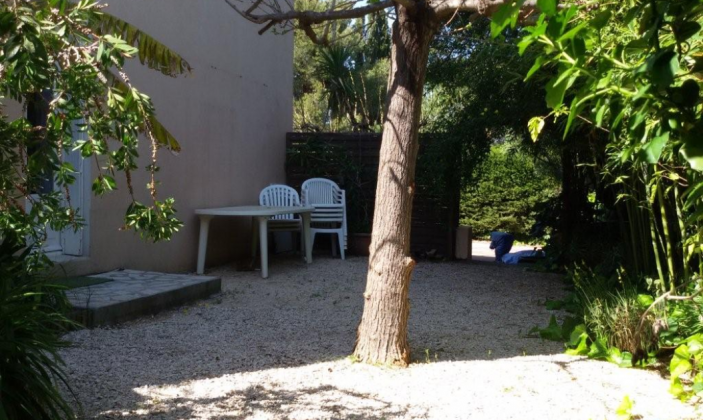 Jardin avec grande table et chaises / Garden with large table and chairs