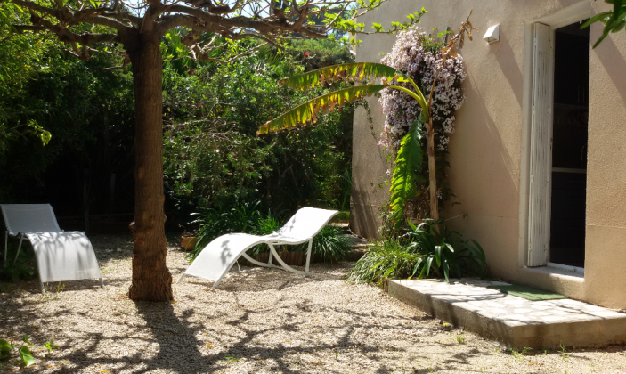 terrasse privée avec transats et grande table / Private garden with lounge chairs