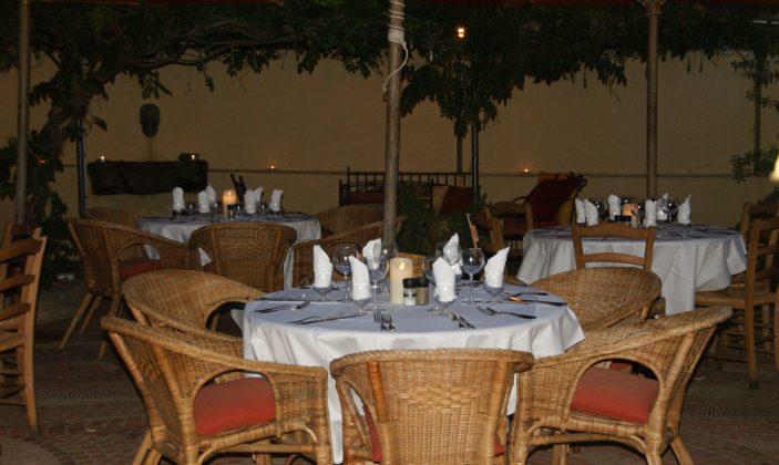 les tables dans le patio