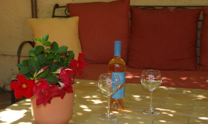dégustation de vin rosé sous la tonnelle