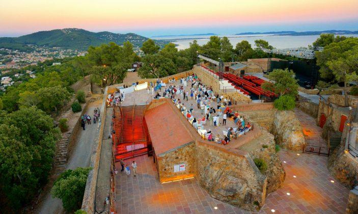 Le fort de la Bayarde un soir d'été , pendant le festival de Théâtre IN SITU.