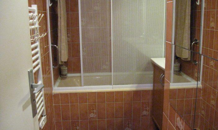 salle de bain vue sur baignoire  douche