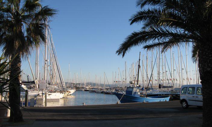 Vue des voiliers sur un quai du port d'Hyères