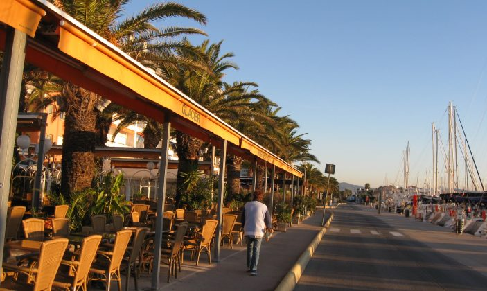 Vue sur les terrasses café restaurant le long des quais
