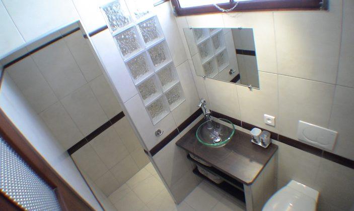 salle d eau avec vasque, douche à l italienne et wc suspendu