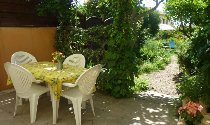 terrasse dans verdure sur jardin